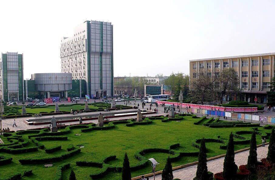 Одна из городских площадей Линьфэнья до 1978 года.